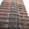 Montaje de andamios en edificio a tres alturas