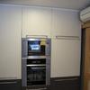 Poner los muebles y azulejos en una cocina instalada en el semisotano
