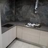 Mesa hecha con silestone gris expo