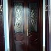 Puerta metálica negra con cristales transparentes de salon