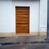 Reparacion o sustitucion del marco de la puerta y la puerta de entrada que ha sido reventada