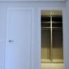 puerta acorazada (poner placa lacada en blanco)
