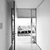 Chapado de una puerta pivotante y armario