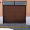 Instalar puerta seccional imitación madera