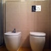 Fontanero para cambiar en el baño cisterna