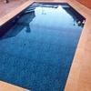 Pintar y lijar piscina de fibra
