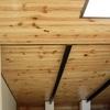 Instalar placas de madera con vigas para una casa de piedra