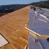 Instalar de lana aislante en el tejado de un piso dúplex