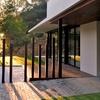 Puerta basculante garaje con ventanas y entrada peatonal