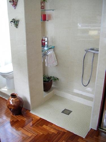 Ba os con ducha a ras de suelo for Platos de ducha a ras de suelo