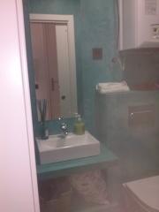Baño revestido en microcemento y repisa de pladur