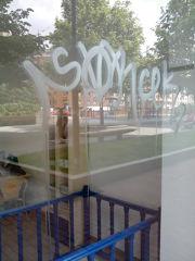 Graffiti en cristal en comercio de Bilbao