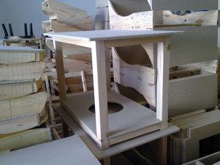 mesa pino ensamblada con tarima + ropa de mesa + cristal