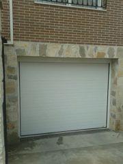 Puerta seccional acanalada blanca.