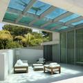 piscina con suelo transparente