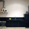Cocina con muebles en negro