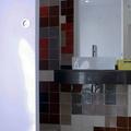 Baño con azulejos de colores