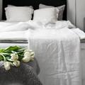 cama con lámpara rosa