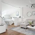 apartamento diáfano con muro a media altura y estantería empotrada
