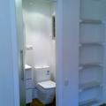 Aprovechamiento a dormitorio colocando estantes de pladur