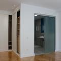 Armarios dormitorio infantil y baño con tabiqueria de cristal y puerta corredera