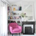 estantería con silla rosa