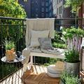 balcón con flores y vistas ciudad