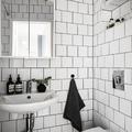 Baño alicatado en blanco con junta negra