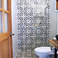 baño blanco y negro con mosaico