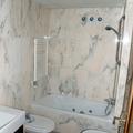 Baño completamente equipado del piso