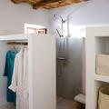 Baño con armario de pladur y techos de madera