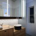 Baño con azulejos blancos