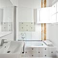Baño con azulejos de inspiración hidráulica