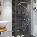 baño con baldosas negras