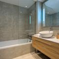 baño con bañera de obra