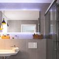 baño con espejo