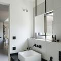 baño con espejo cuadrado