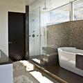 baño con iluminación natural