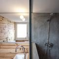 Baño con mampara de ducha