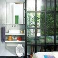baño con panel de cristal y hierro