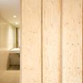 baño con panelado de madera