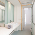 baño con pared de u-glass
