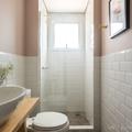 baño con pared rosa