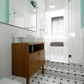 baño con paredes de colores