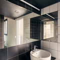 baño con paredes de espejo