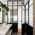 baño con puertas de vidrio