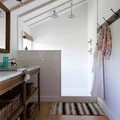 baño con suelo laminado
