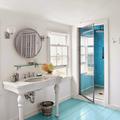 baño con suelos de madera