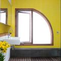 baño con ventana original (arco de medio punto), y pavimento amarillo minion