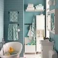 Baño de color azul con bañera